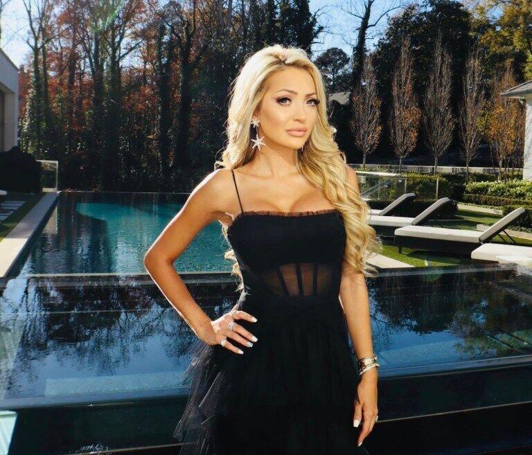 Джулиана Карлос в черном платье
