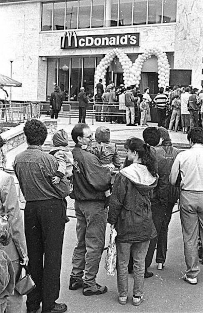 Очередь в первый киевский McDonalds 24 мая 1997 года.