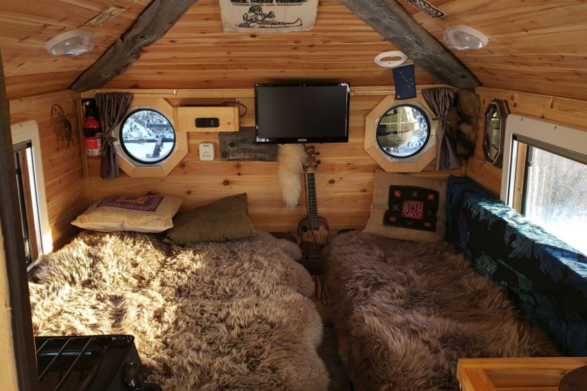 Вид комнаты в доме на базе Ford F-350