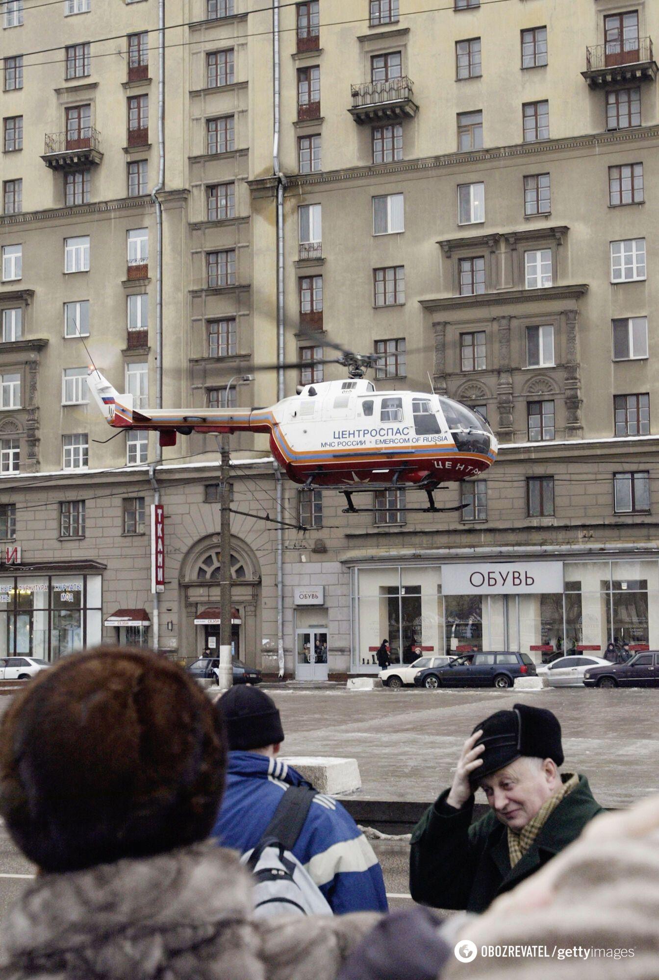 """Вертолет спасателей возле станции метро """"Автозаводская"""" в Москве"""