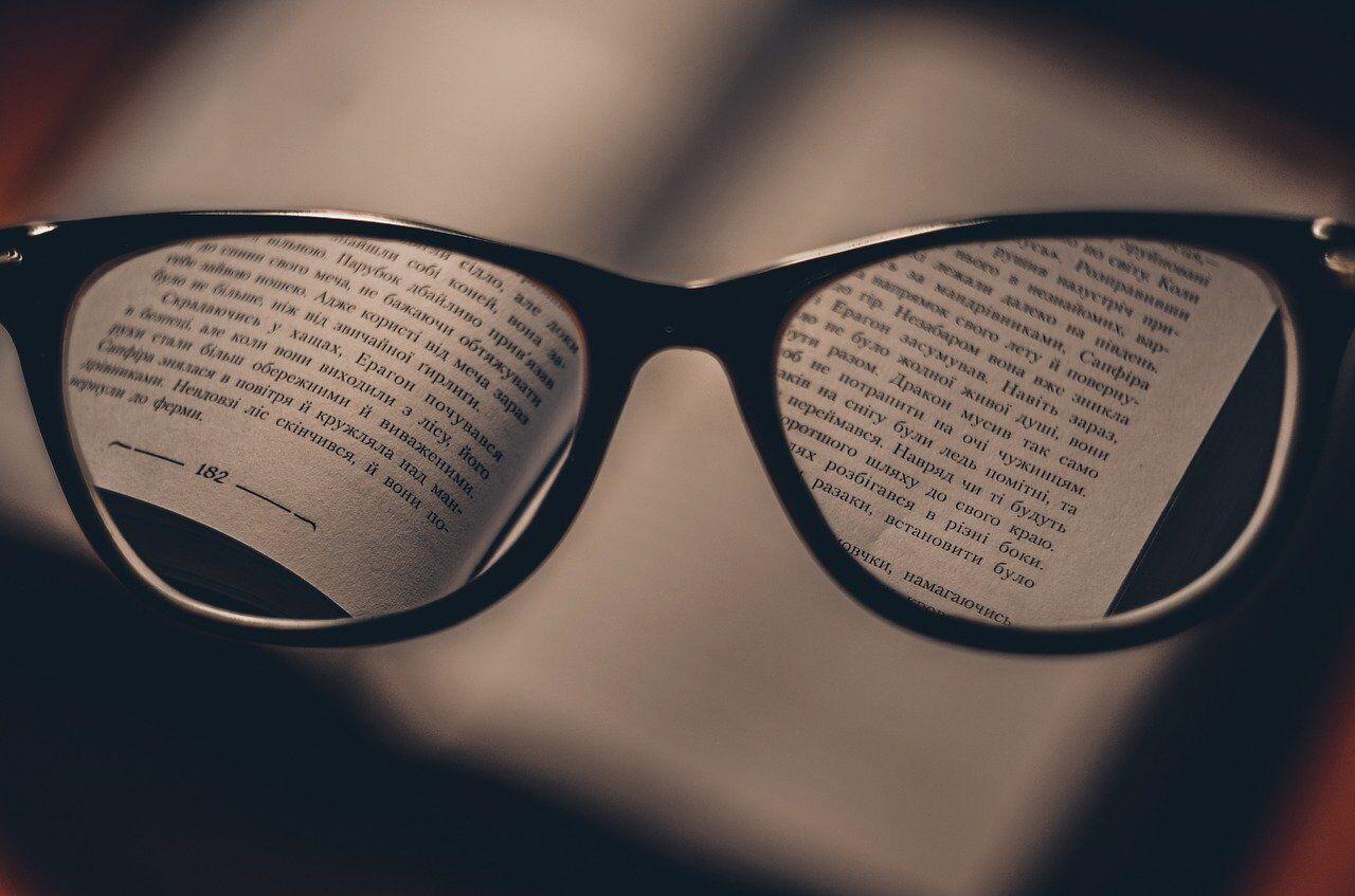 Чтение в сумерках приводит к утомляемости и усталости глаз