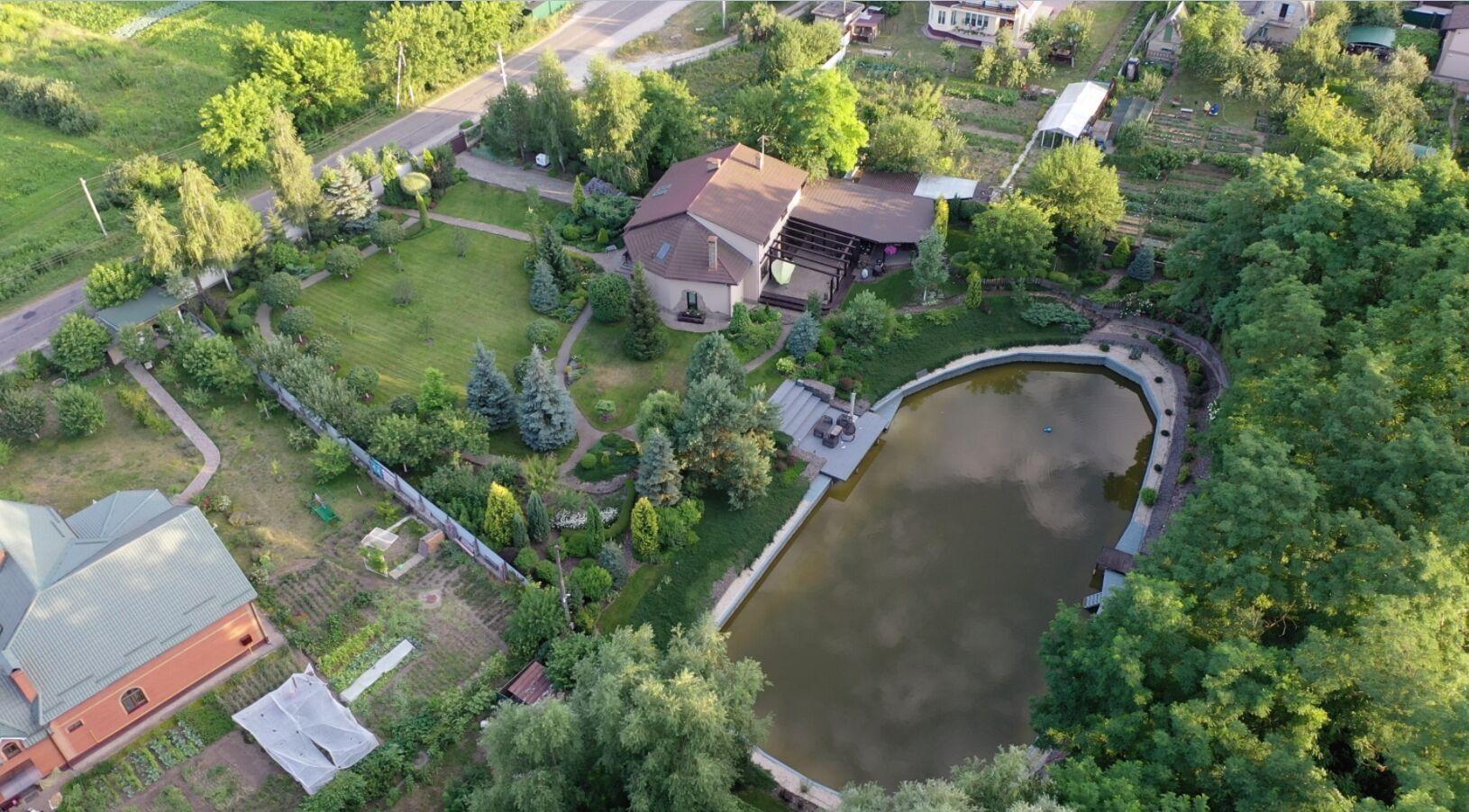 У Баканова в дворі персональне озеро