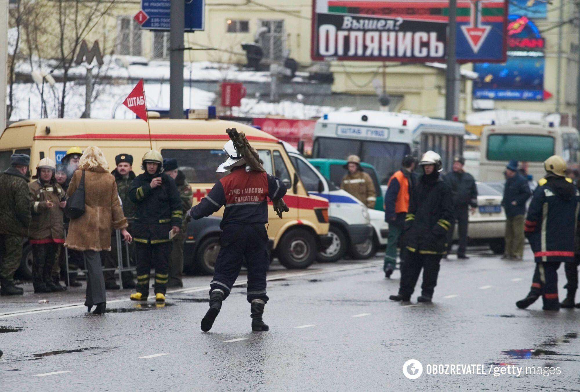 """Спасатели у станции метро """"Автозаводская"""", 6 февраля 2004 года, Москва"""