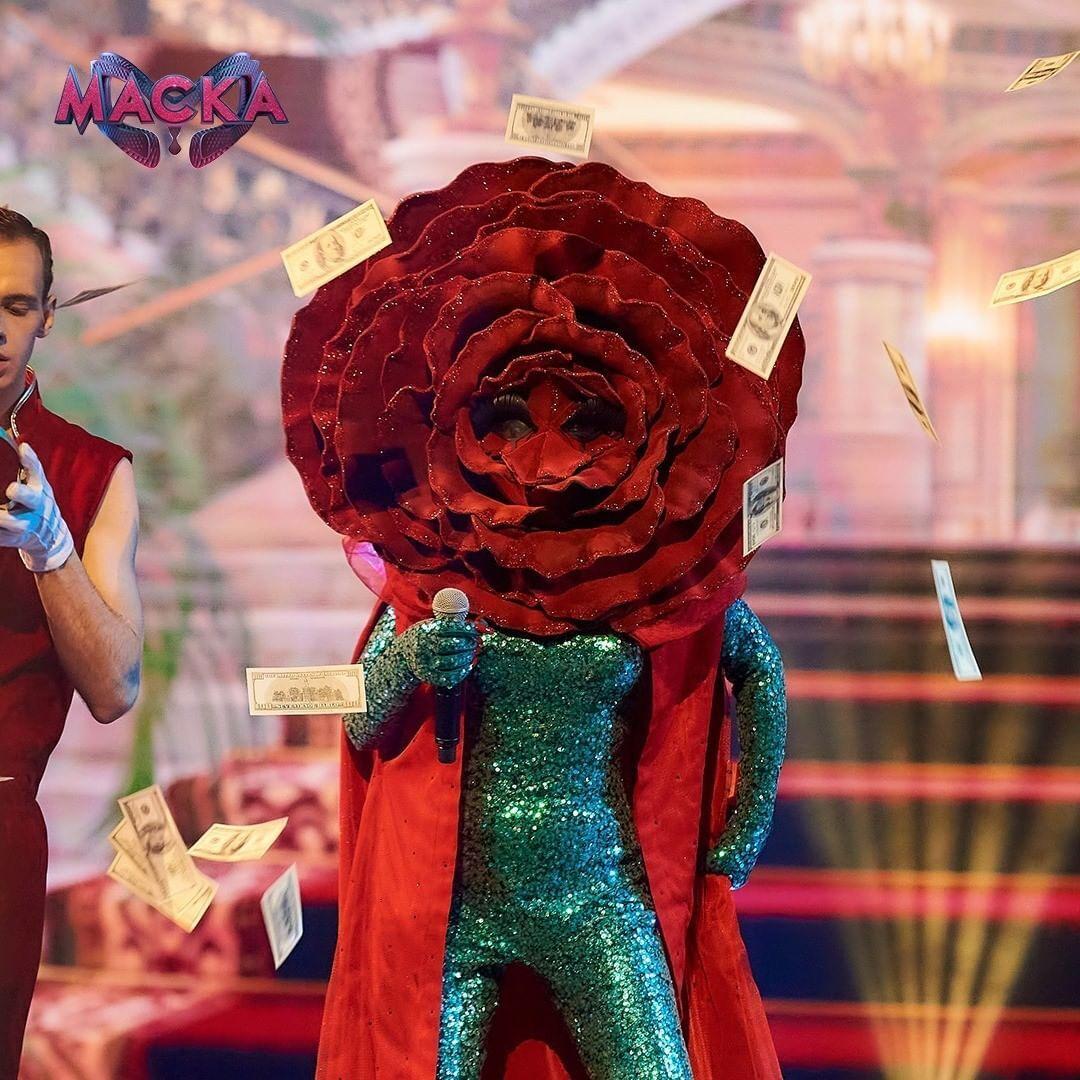 Участник в образе Розы на шоу
