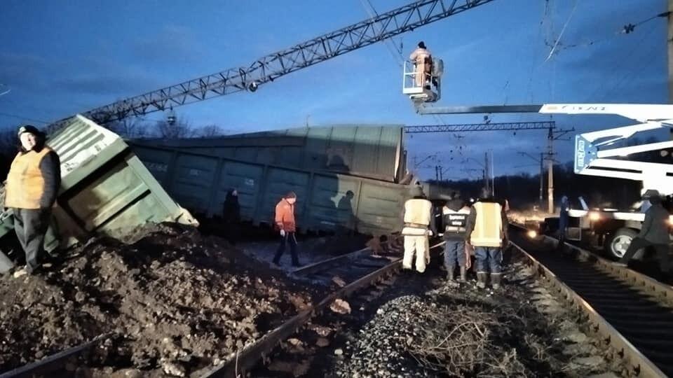 Під Дніпром поїзд зійшов із рейок. Фото з місця НП