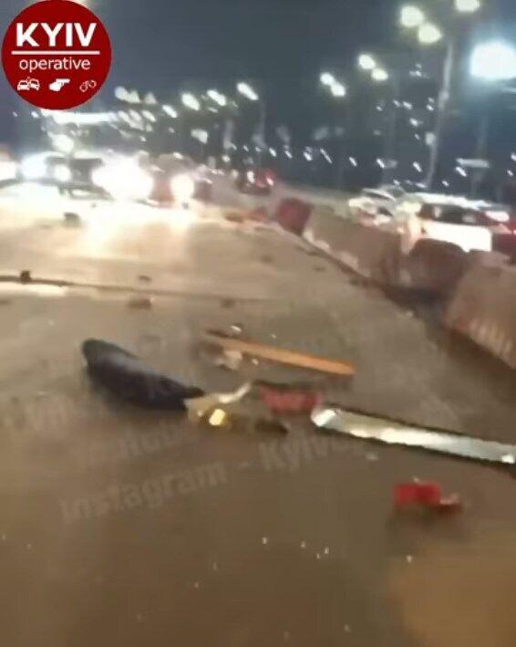 По мосту Патона разбросало части автомобиля.