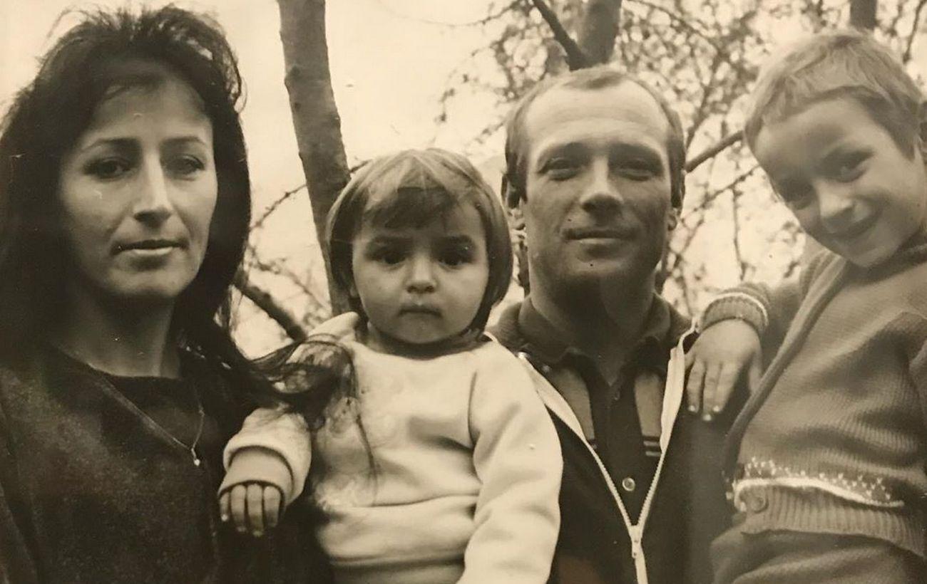Архивное фото: Илона Гвоздева с мамой, папой и братом.