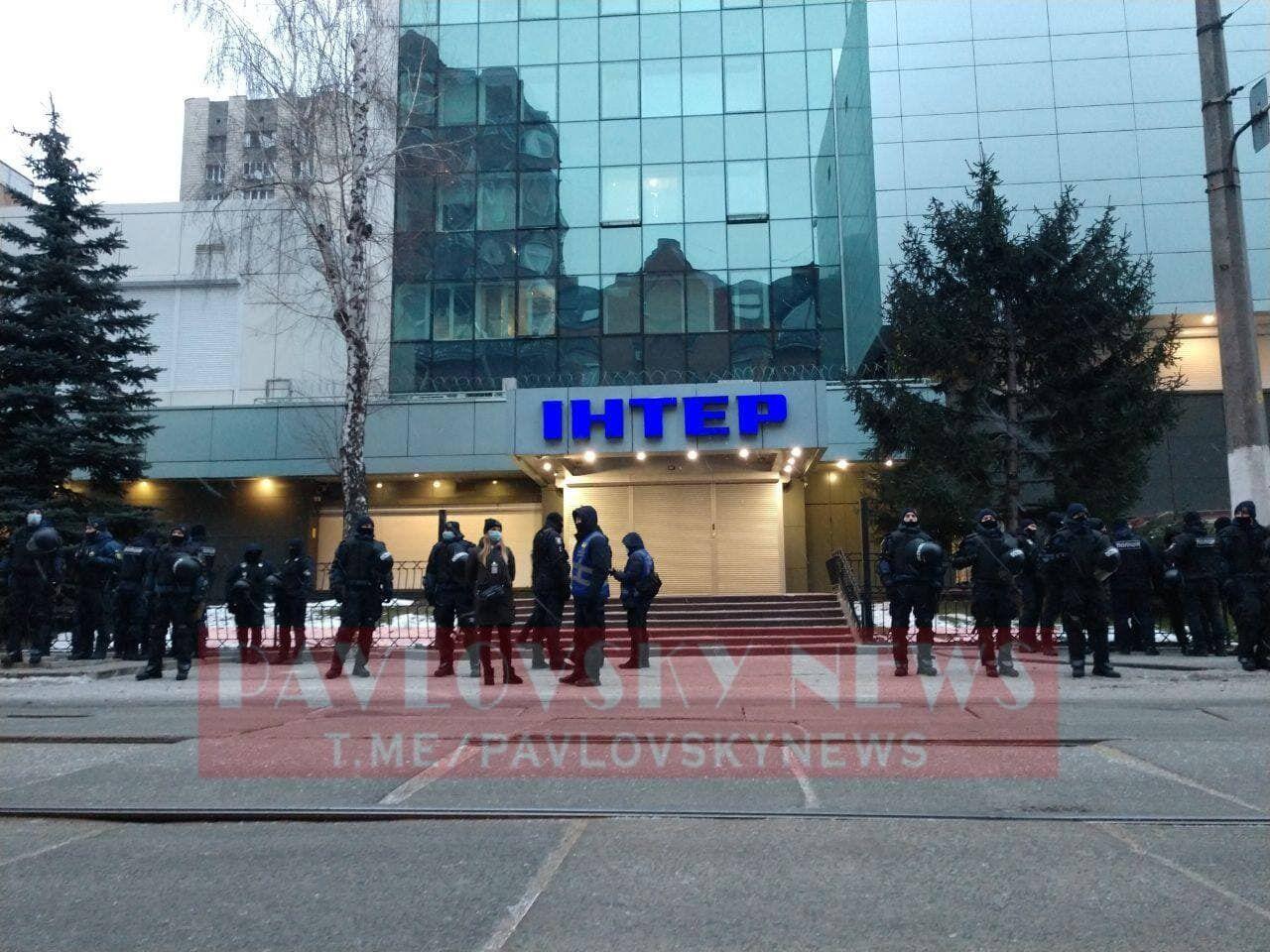 """Поліція біля будівлі каналу """"Інтер""""."""