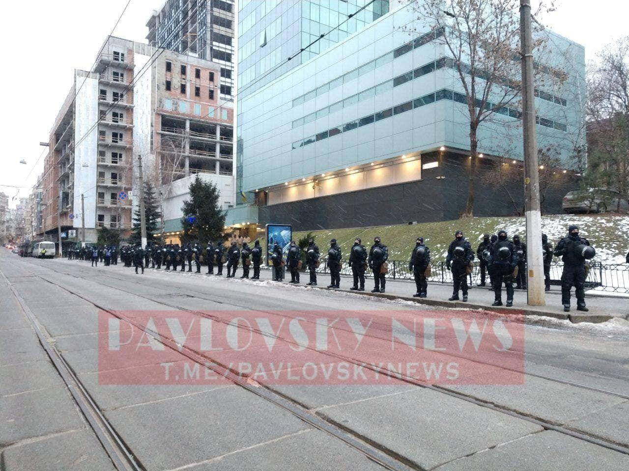 """До будівлі телеканалу """"Інтер"""" стягнули поліцію."""