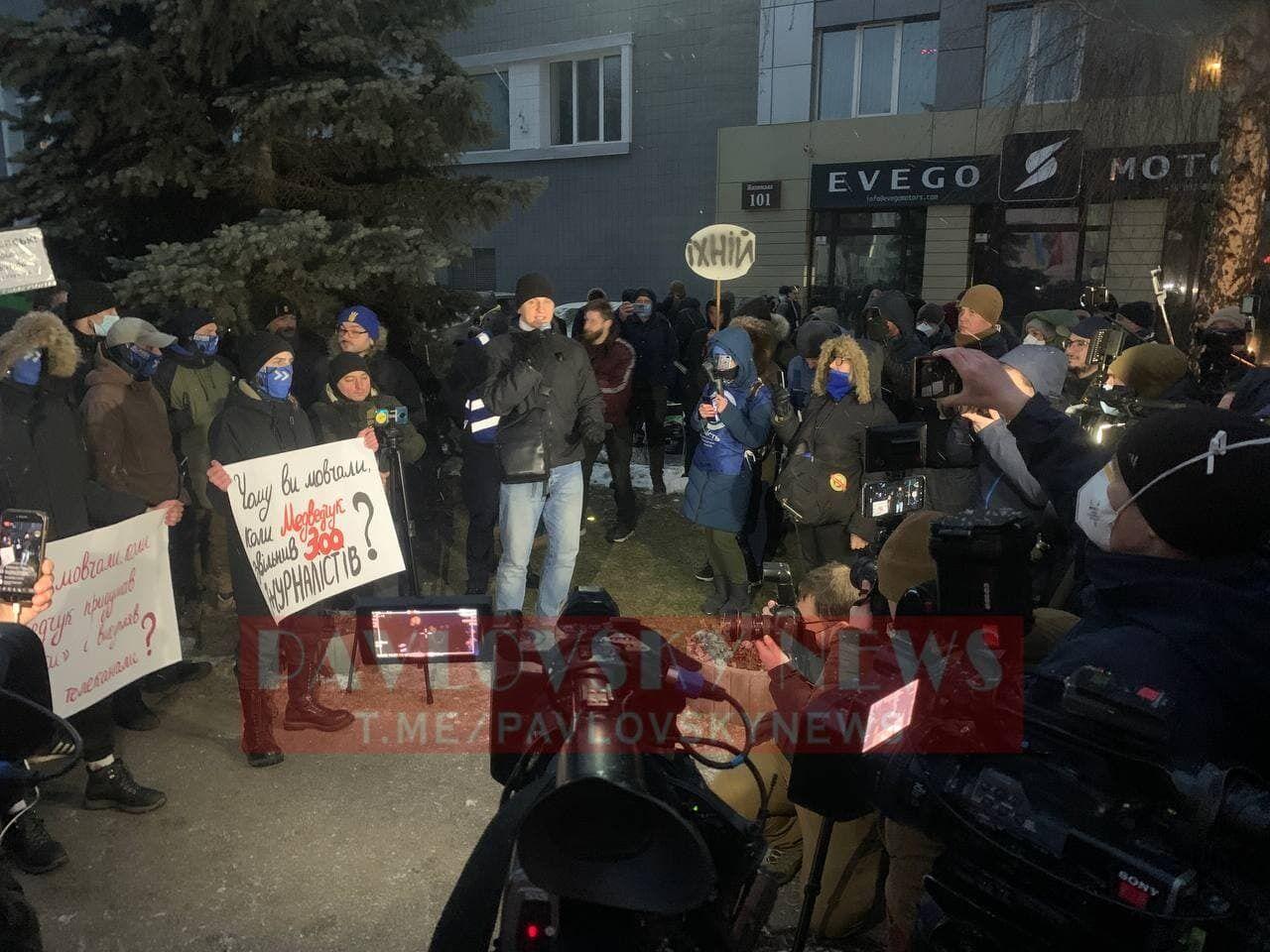 """До телеканалів """"Інтер"""" і """"Наш"""" прийшли активісти і зажадали їхнього закриття. Фото та відео"""