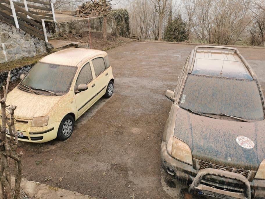 Машины также пострадали от песка