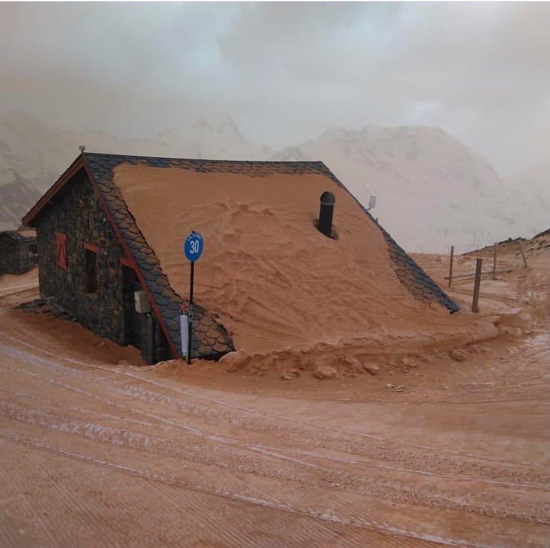 С неба высыпались тонны песка