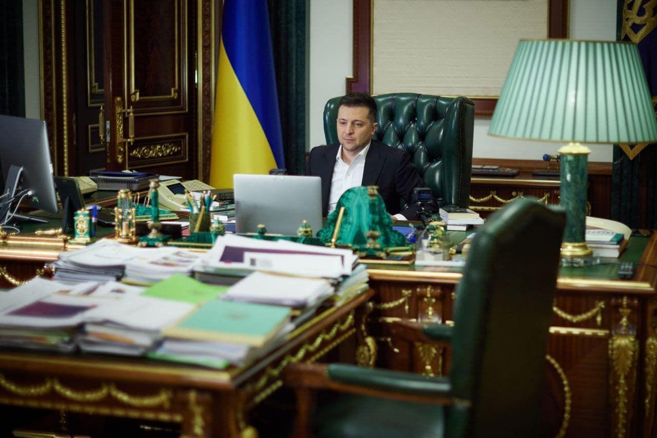 Зеленский в своем кабинете записывает видео