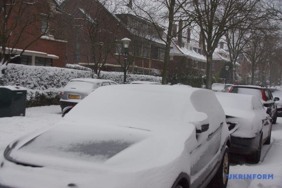 Нидерланды впервые за много лет сильно засыпало снегом.