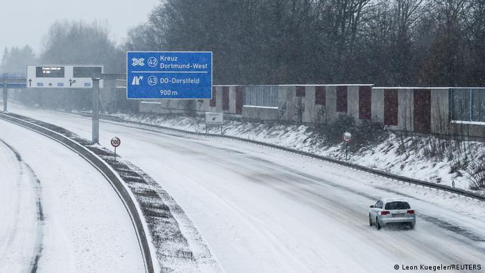 Дороги заметены снегом.