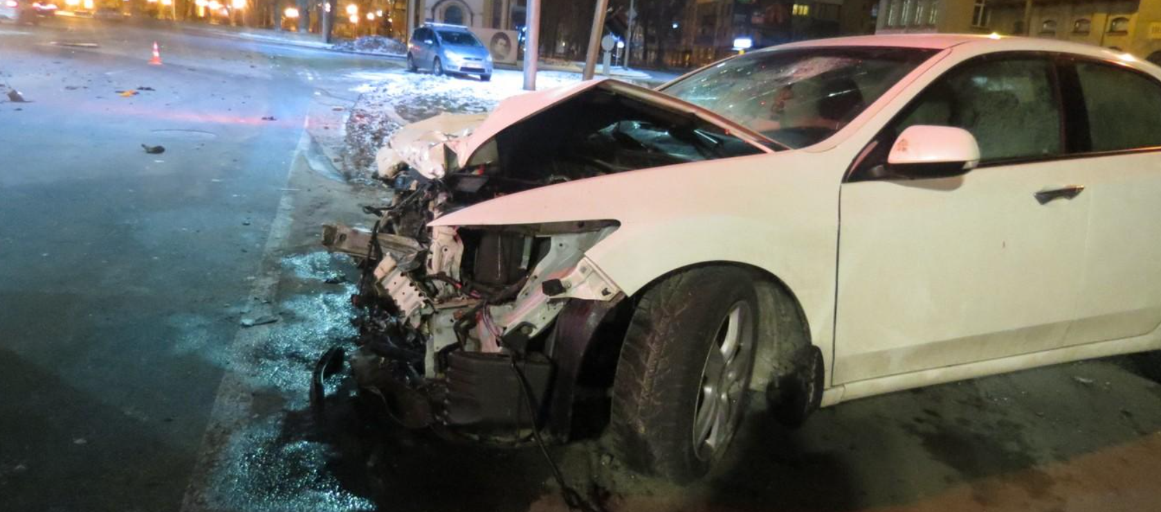 Кроссовер съехал на обочину, снес дорожный знак и повредил светофор