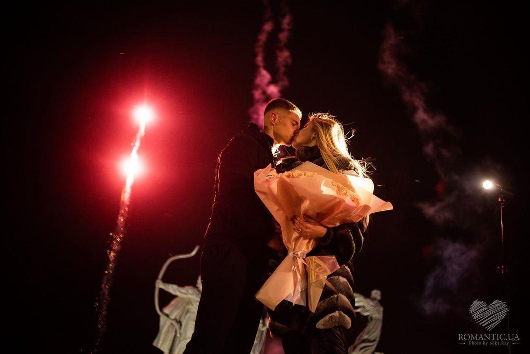 Валерий Бондарь и Даша Савина смотрят фейерверк