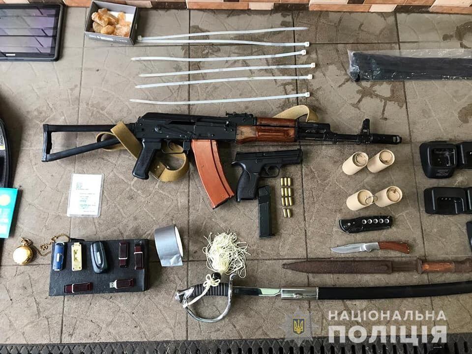 Під час обшуків у членів банди вилучили 5 одиниць вогнепальної зброї, зокрема автомат Калашникова