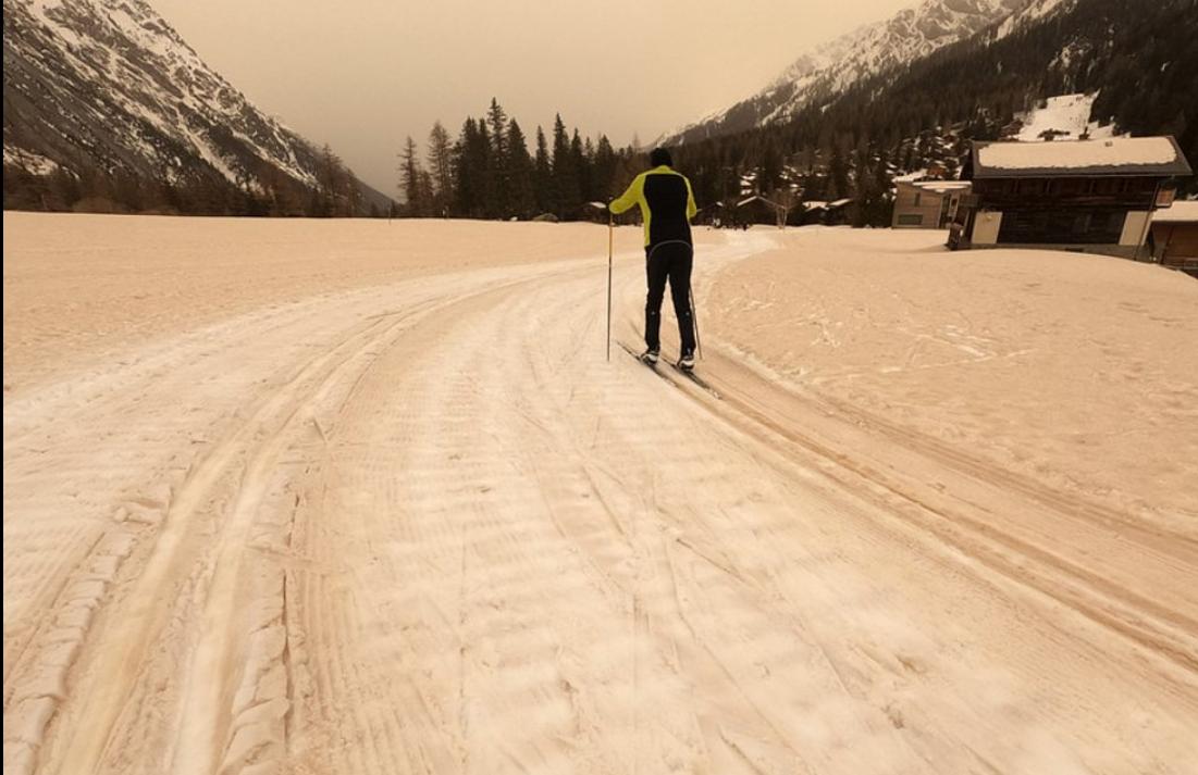 Лыжные трассы стали оранжевыми