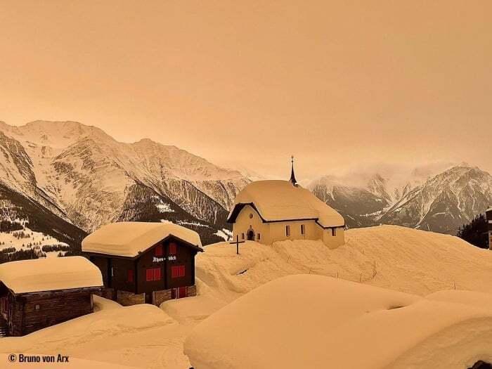Необычное явление цветной снег