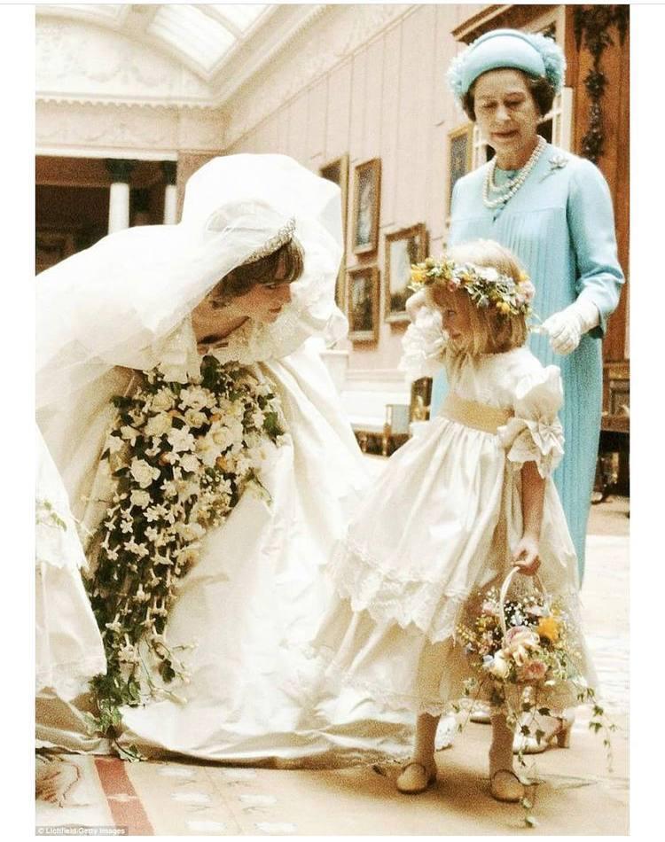 Покійна принцеса Діана поряд з королевою Єлизаветою II на весіллі