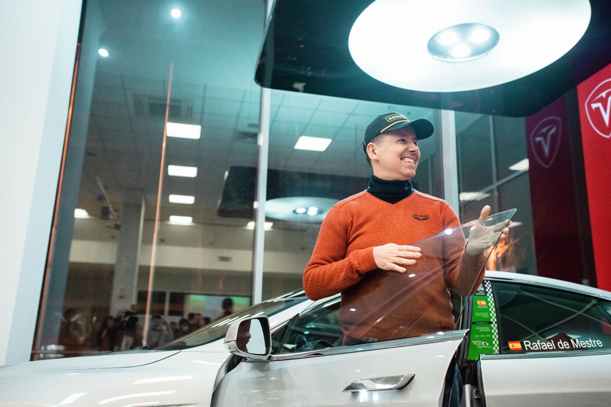 Рафаэль де Местре у восстановленного Tesla Model S P85+ Signature