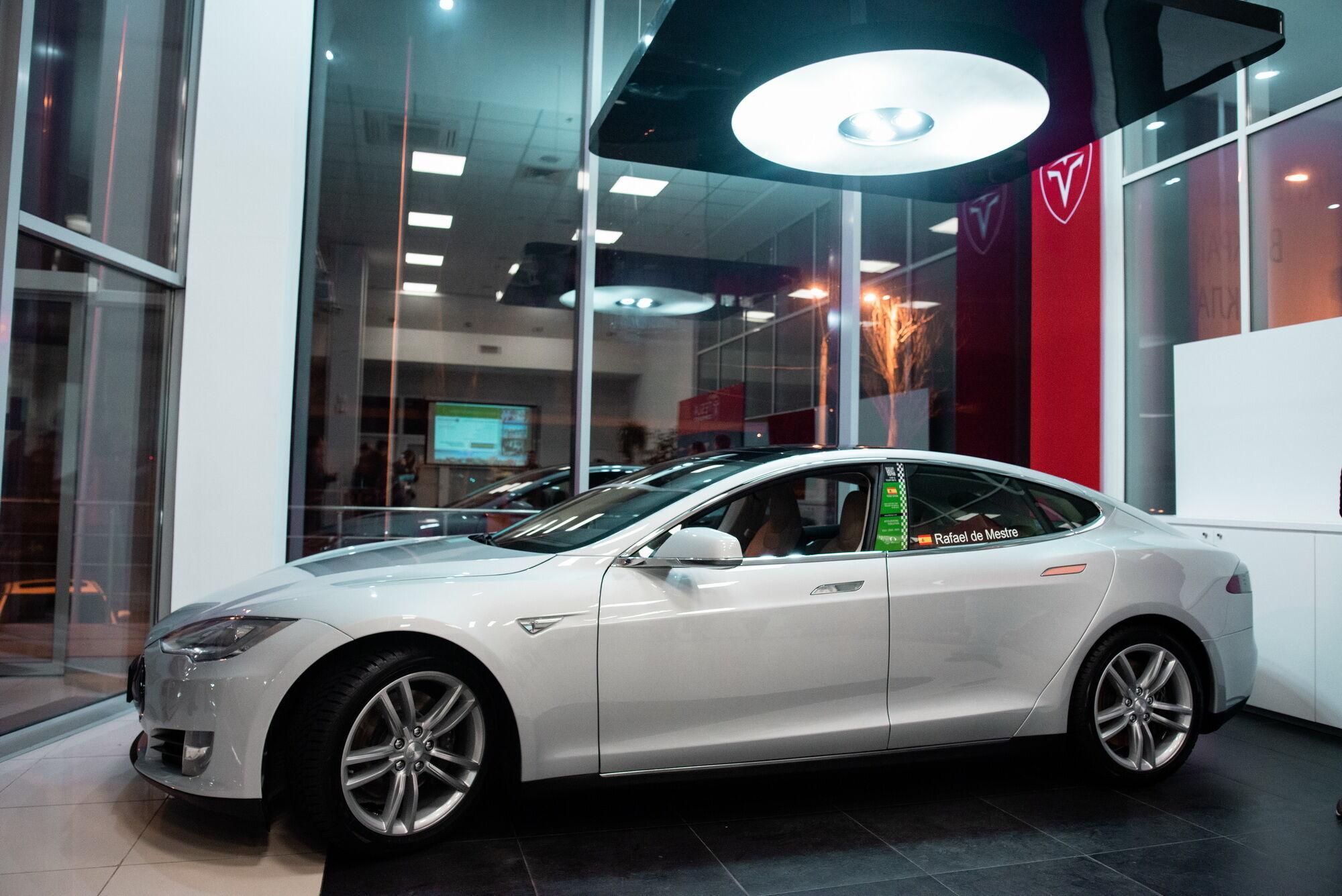 В рамках презентации был представлен восстановленный специалистами Ecofactor спортседан Tesla Model S P85+ Signature