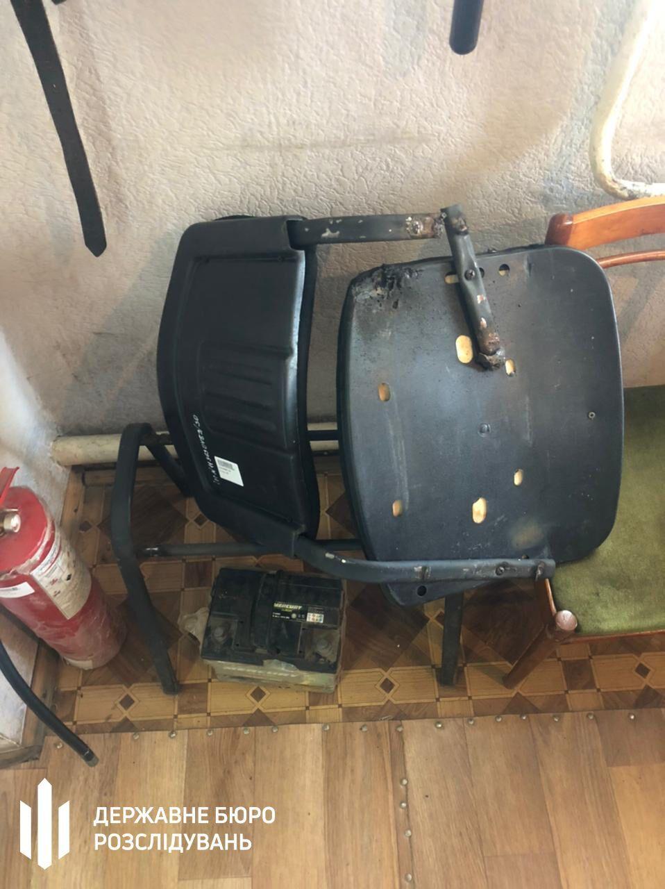 Об чоловіка зламали металевий стілець.