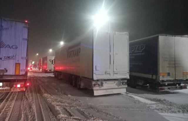 Снежная буря в Украине: дороги замело, движение авто осложнено. Фото и видео