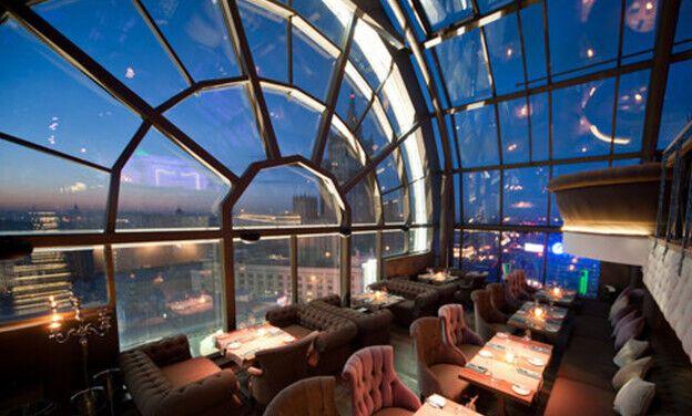 Романтична вечеря на даху панорамного ресторану