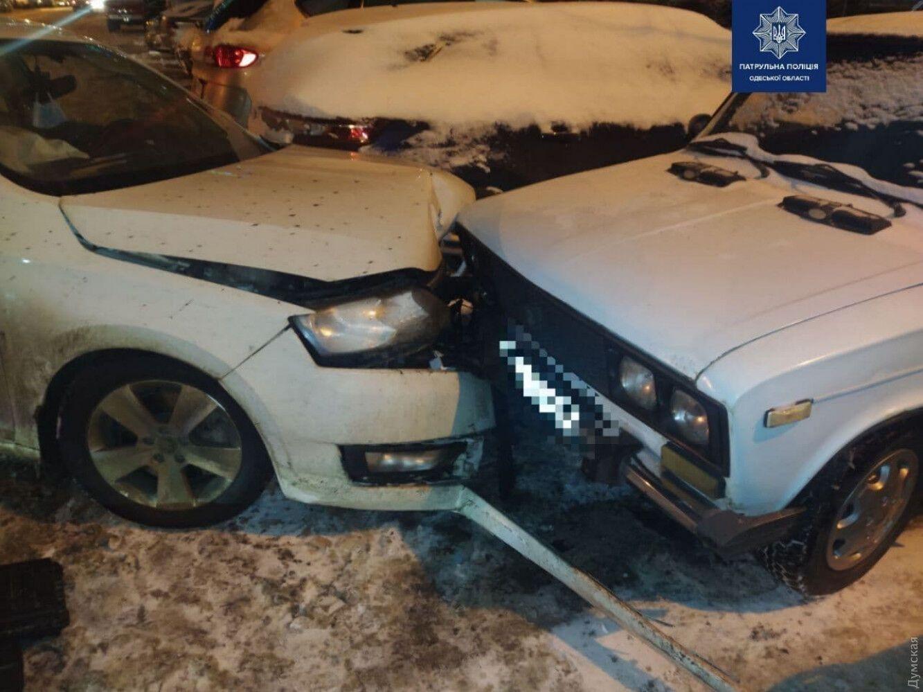 Пять припаркованных авто пострадали.