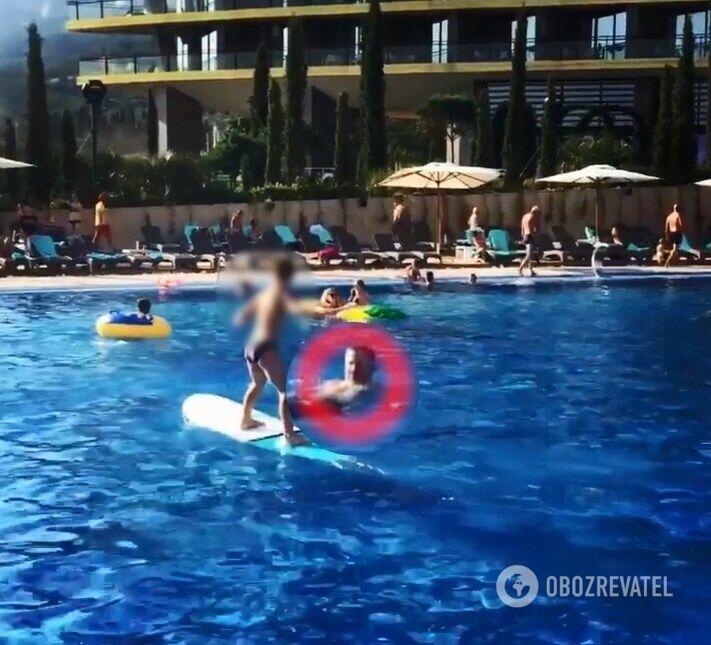 Євдокимов у басейні готелю в Криму