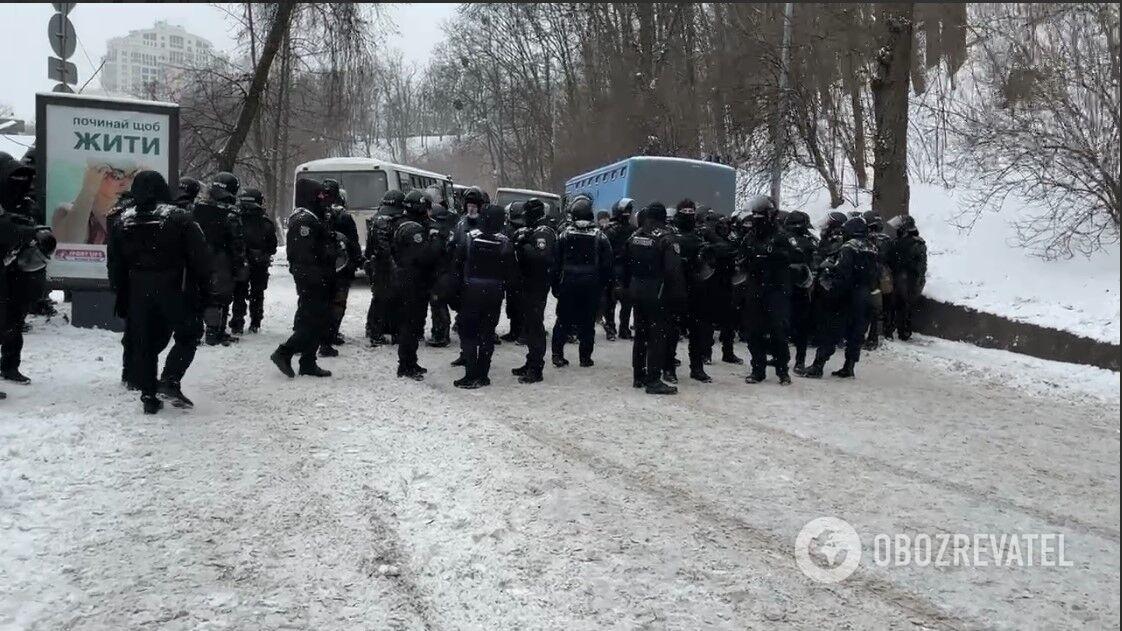 Дополнительные силы правоохранителей дежурят неподалеку.