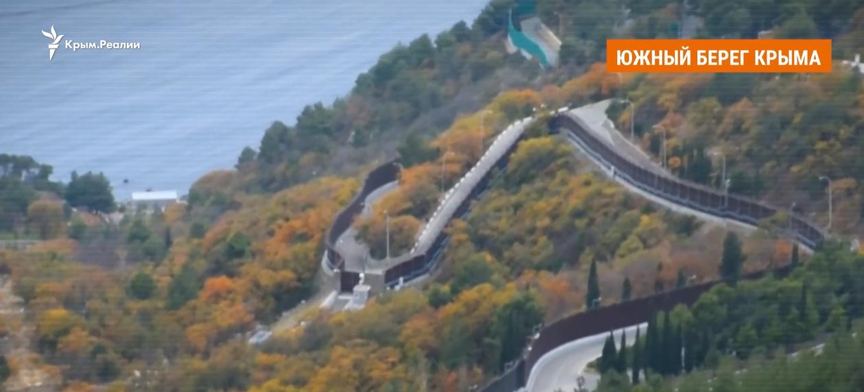 """Журналисты показали """"крымскую дачу"""" Путина: забор в 6 м, охрана и закрытый пляж. Видео"""