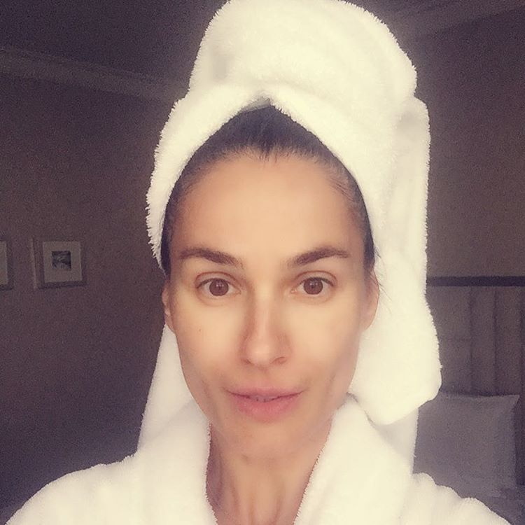 Маша Ефросинина без макияжа в халате