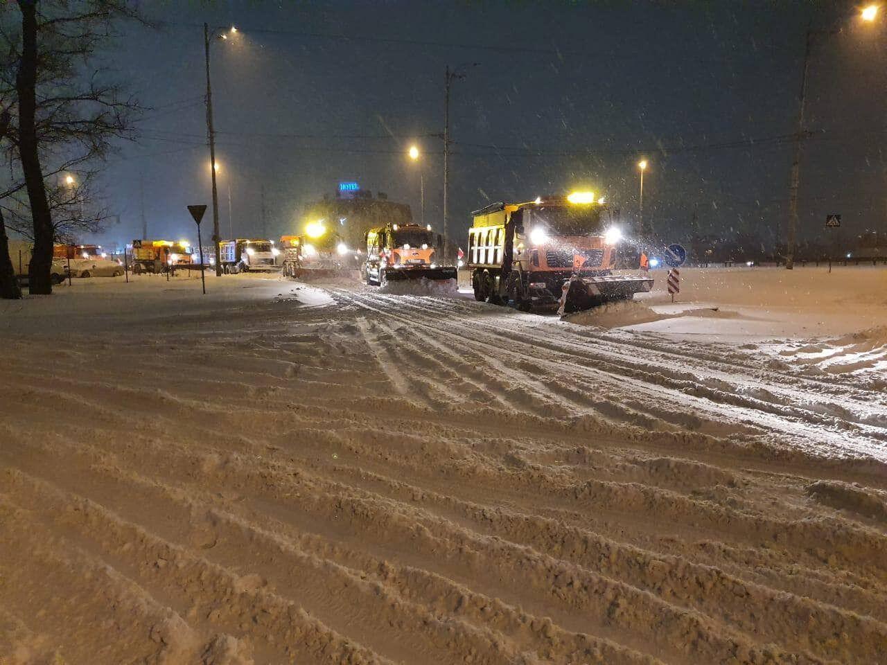 Коммунальщики убирали снег на протяжении всей ночи.