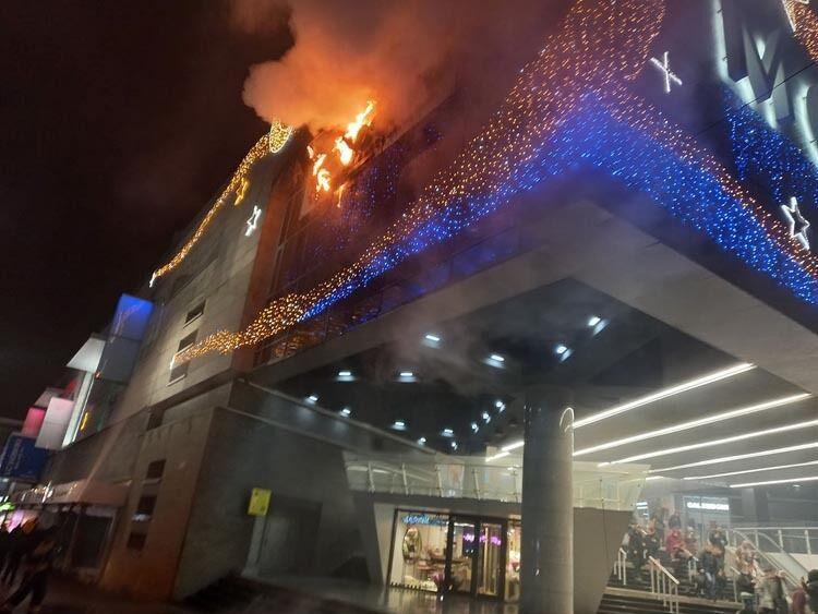 Загорелась вывеска ресторана