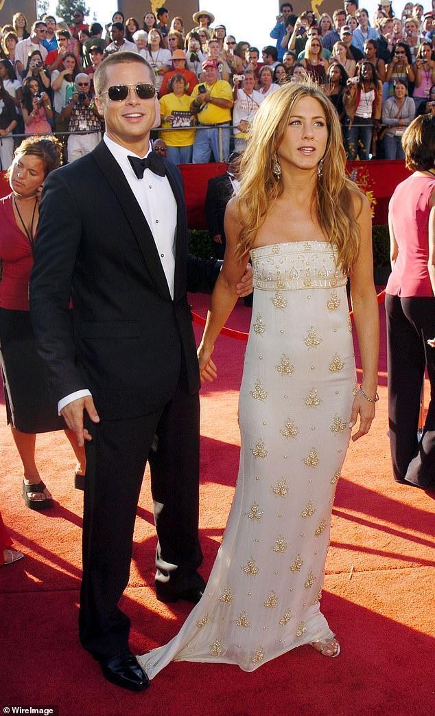 Дженнифер Энистон вместе с Брэдом Питтом счастливы на красной дорожке.