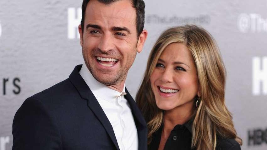 Энистон с мужем Джастином Теру во время светского выхода.