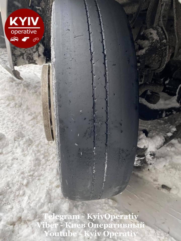 """Несмотря на непогоду, грузовик """"Укрпочты"""" двигалась с аварийным колесом."""