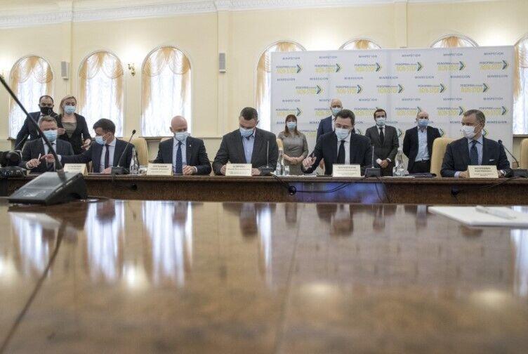 """Кабмин, НКРЭКУ, """"Нафтогаз"""" и мэры подписали Меморандум о тарифах на газ и горячую воду"""