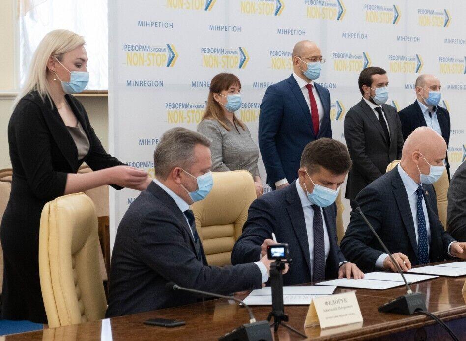 Согласно подписанному документу, до конца отопительного сезона 2020-2021 годов украинцы бесперебойно будут получать отопление