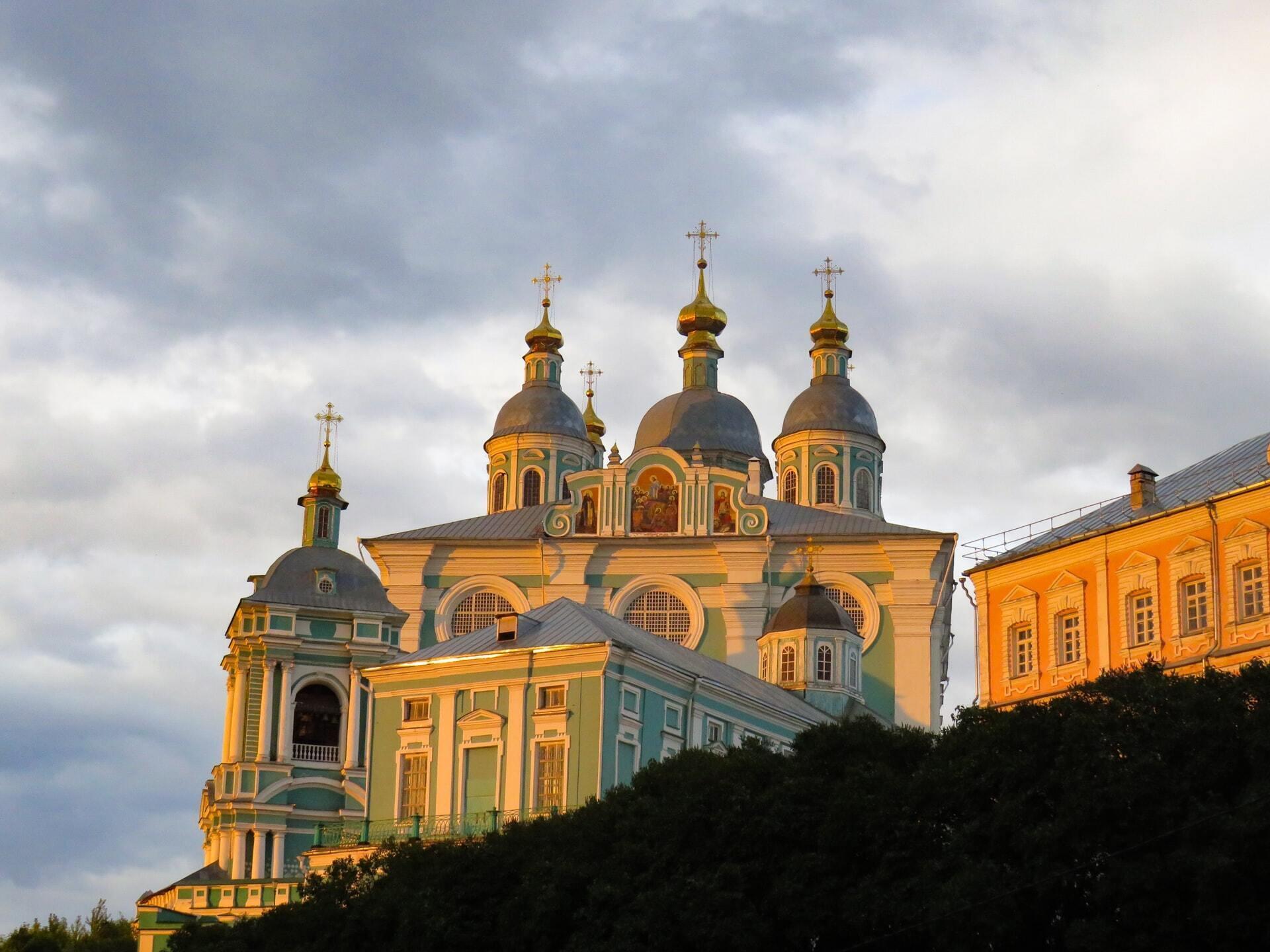 У Собор трьох святителів віряни відвідують храм, щоб помолитися великим святим