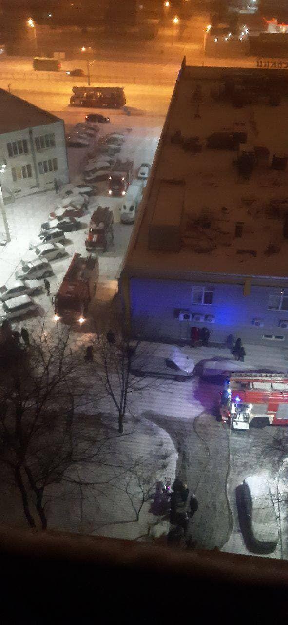 Пожежу в харківській багатоповерхівці гасили кілька розрахунків