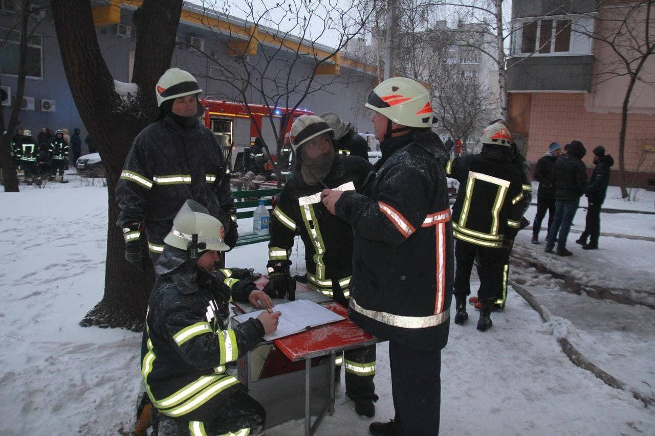 Пожежники, які гасили пожежу в харківській багатоповерхівці