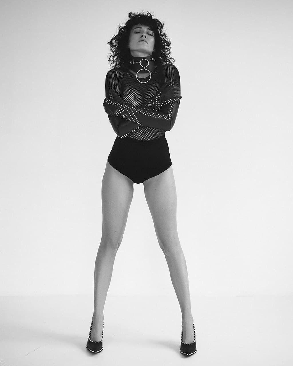 Даша Астафьева засветила пышную грудь в новой фотосессии