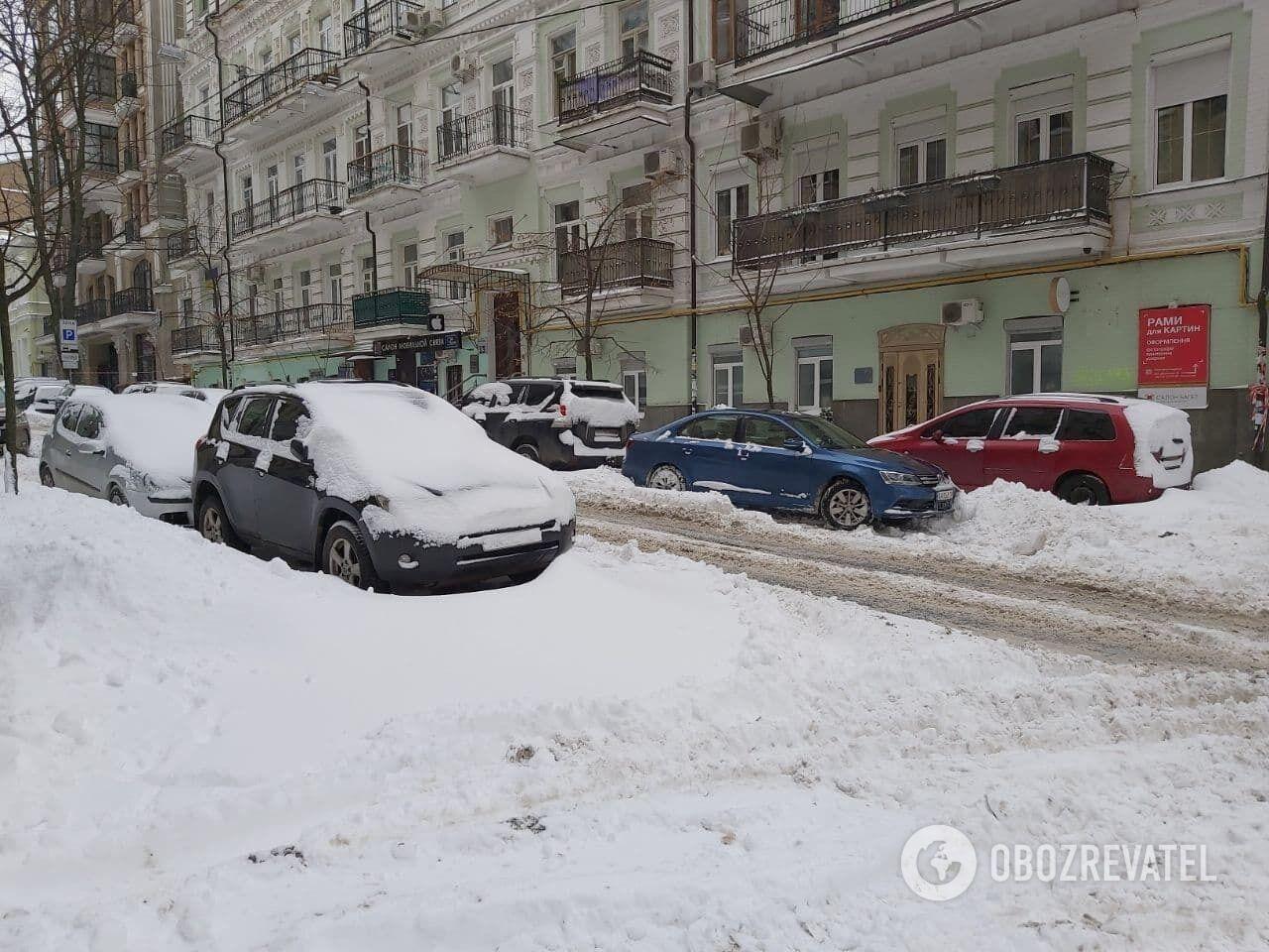 Много снега скопилось на краю проезжей части.