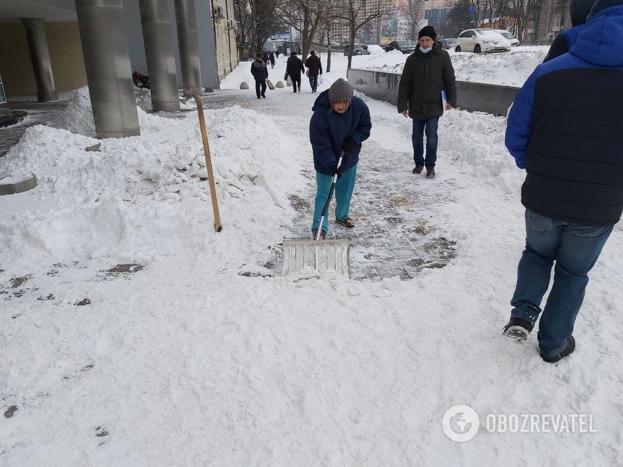 Коммунальщики начали убирать снег с ночи.