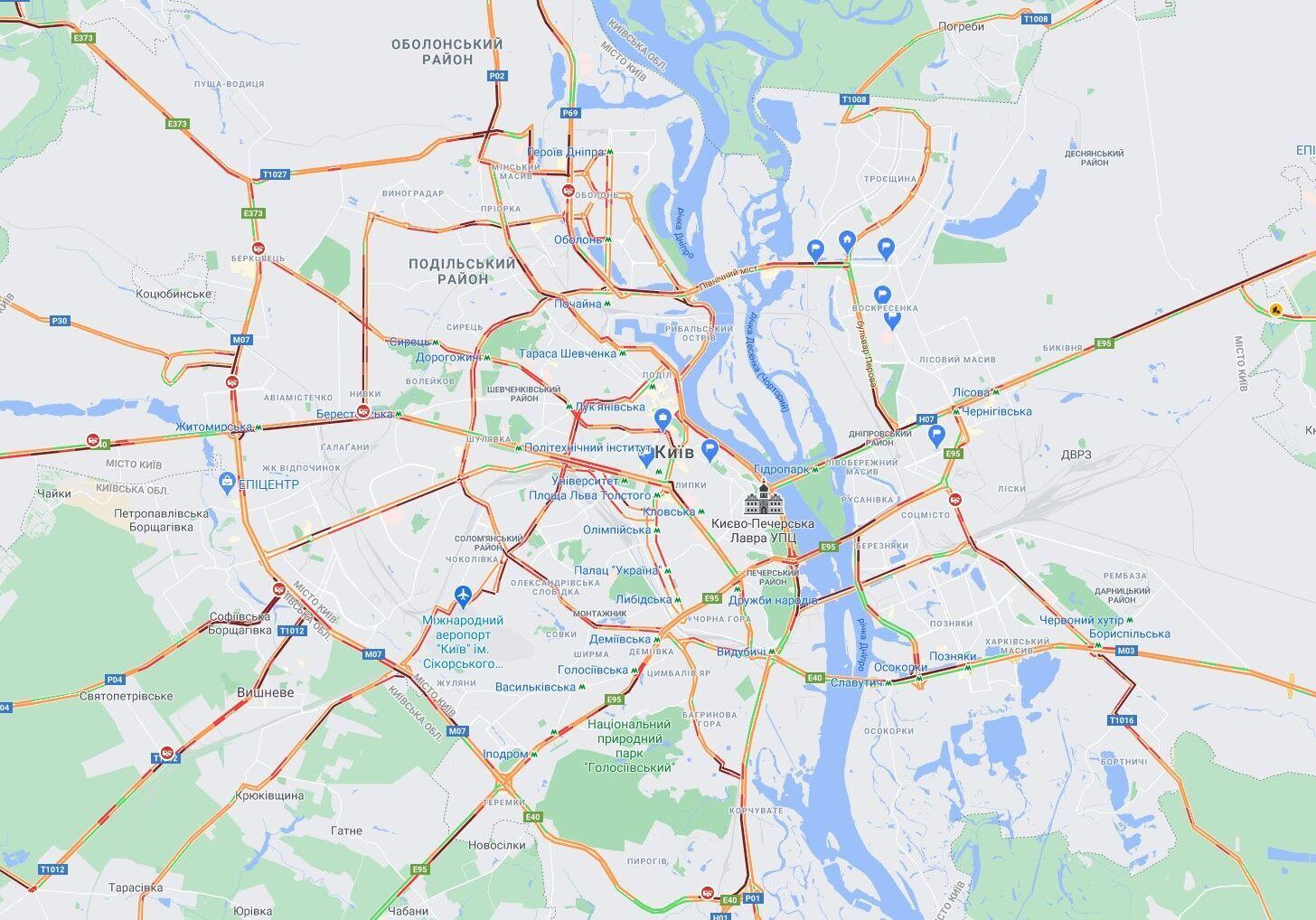 Снегопад парализовал движение транспорта в Киеве.