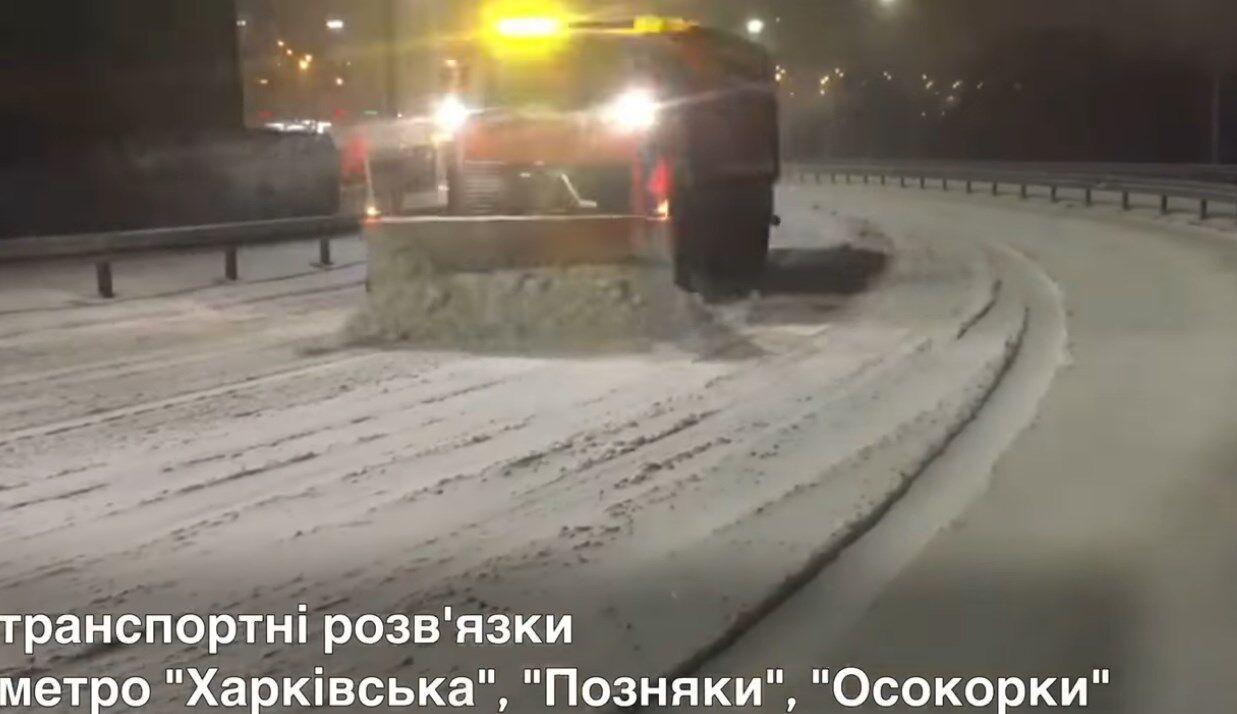 Через снігопад в Києві вивели колони спецтехніки.